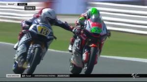 El italiano Romano Fenati acciona la palanca del freno delantero de la moto de su compatriota Stefano Manzi, en el GP de San Marino.