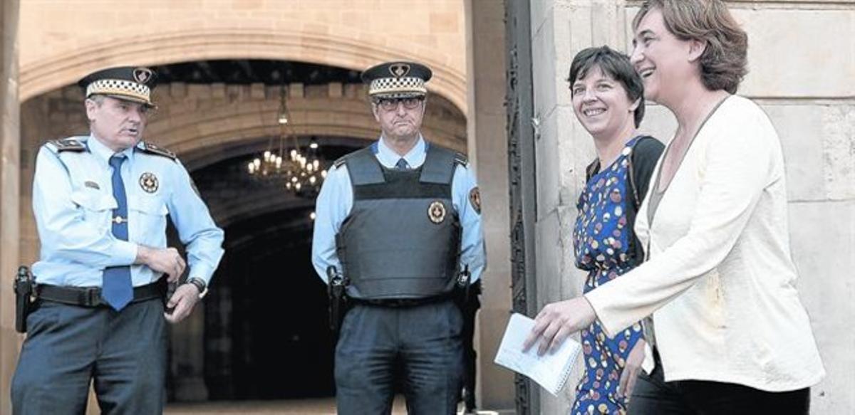 Colau pasa ante la Guardia Urbana en el ayuntamiento, ayer.