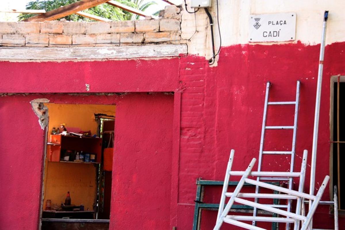Una de les casas que se derribarán en la plaza del Cadí de L'Hospitalet, la tarde de este viernes.