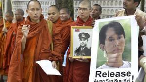Unos monjes budistas piden la liberación de Aung San Suu Kyi.