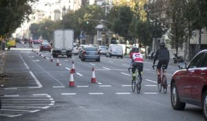 Dos ciclistas pasan junto al carril que se convertirá en carril bici, este sábado en la calle Aragó.