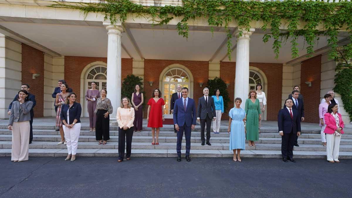 El Gobierno más femenino de España se hace una foto para la historia.