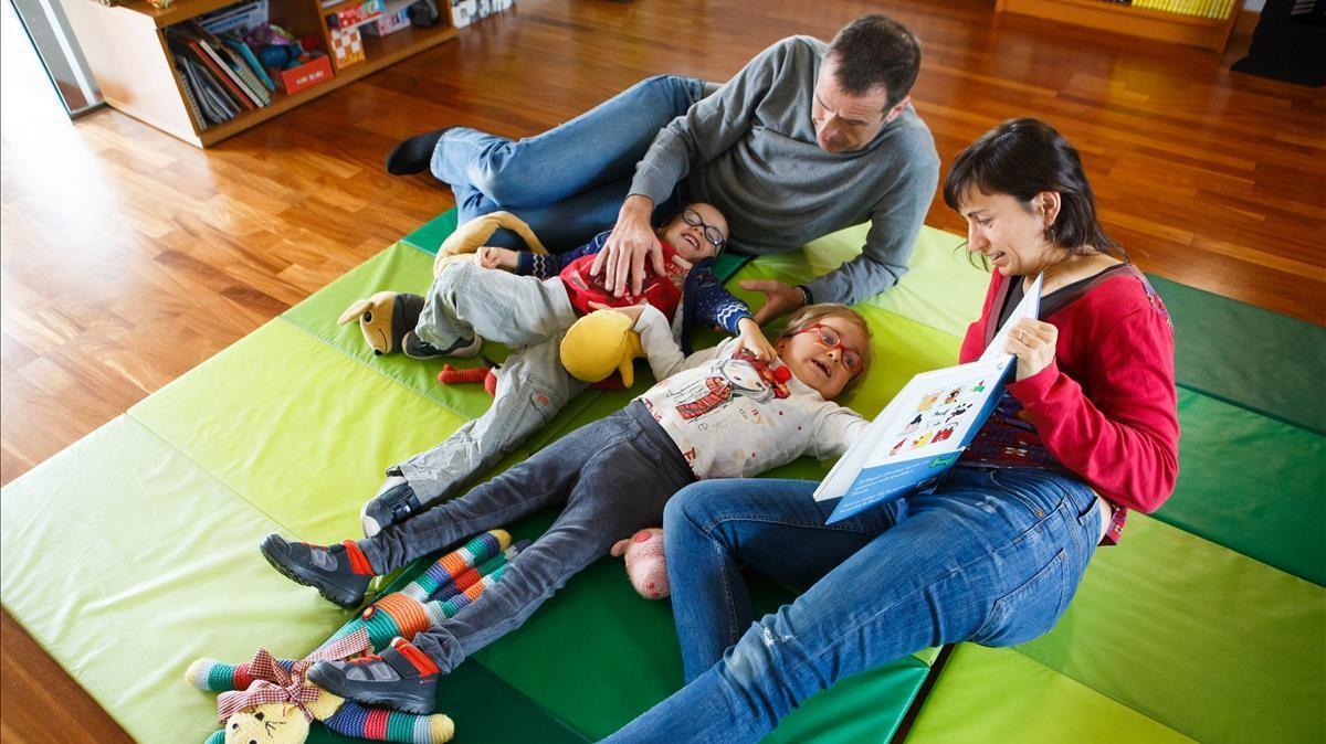 Miquel y Andrea,gemelos que tienen Parkinson, en su casa con sus padres Laura y Andreu