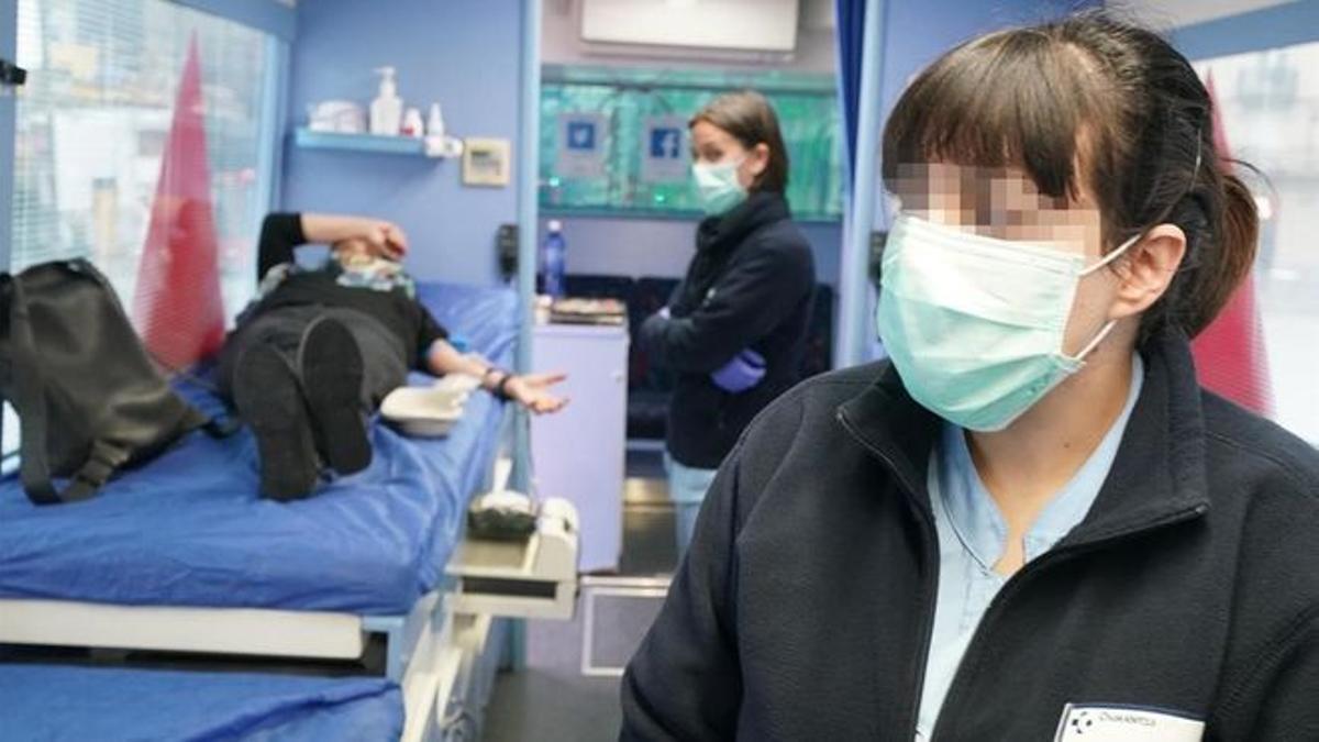 Una mujer dona sangre en el punto móvil de Abando (Bilbao)