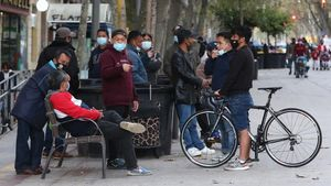 Un grupo de hombres filipinos charla de sus cosas, la tarde del viernes, en la ronda de Sant Antoni