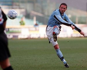 Sinisa Mihajlovic ejecuta una falta en partido ante la Sampdoria en el que consiguió tres goles.
