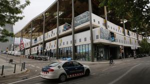 Un coche de los Mossos d'Esquadra pasa por delante de los Encants de Barcelona.