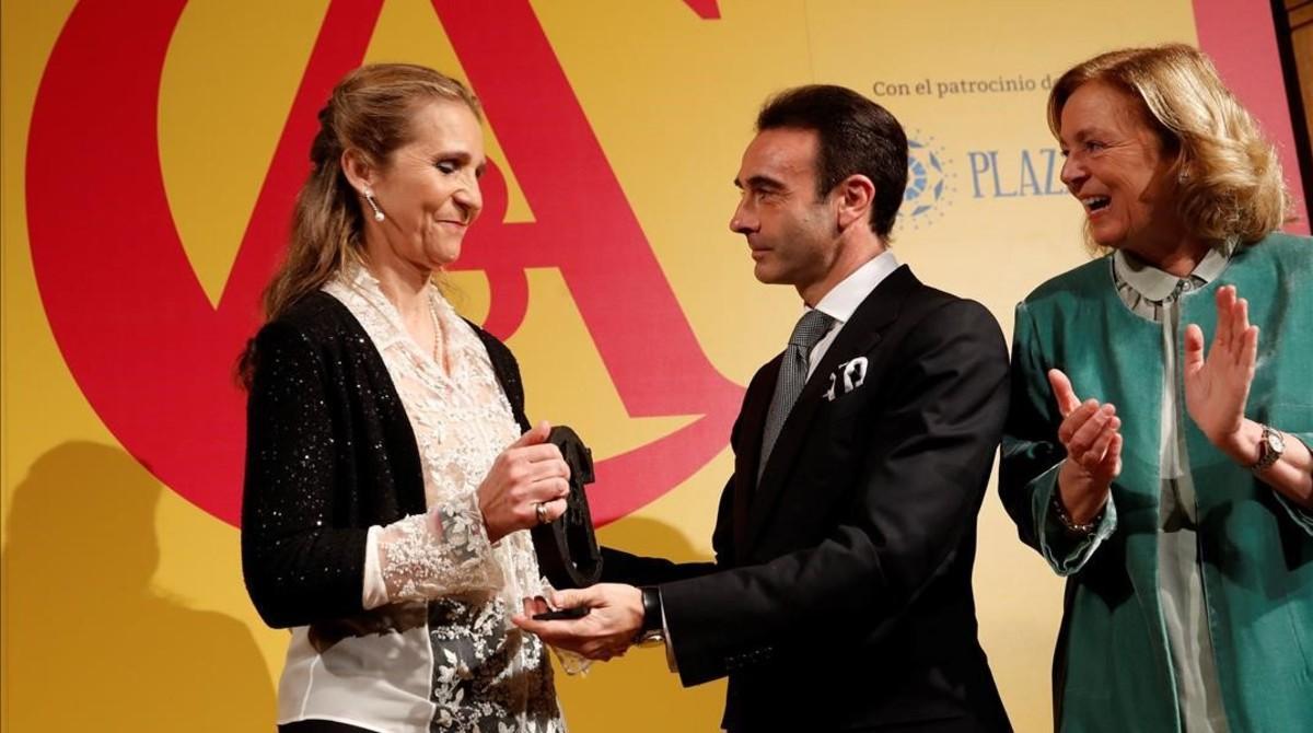 El torero Enrique Ponce entrega el premio a la infanta Elena, este martes en Madrid.