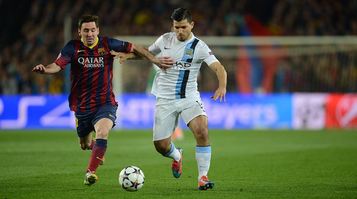 Messi y Agüero persiguen el balón.