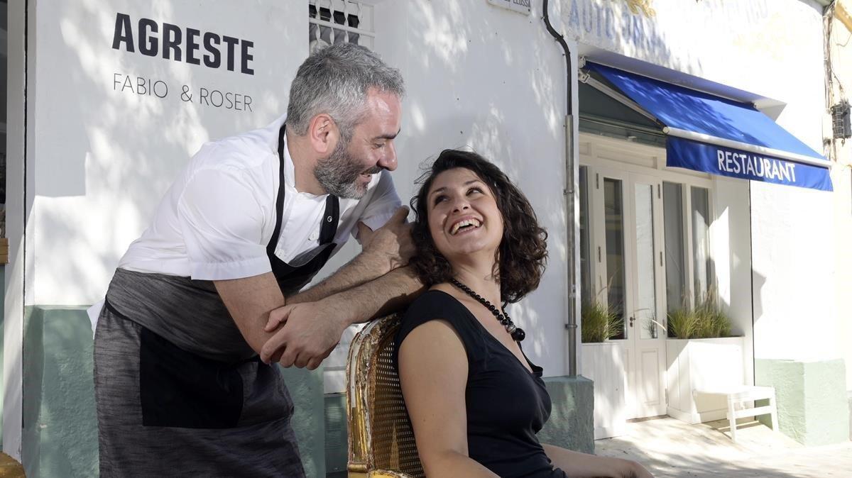 Fabio Gambirasi y Roser Asensio, frente a la fachada de Agreste, donde paraba el ómnibus.