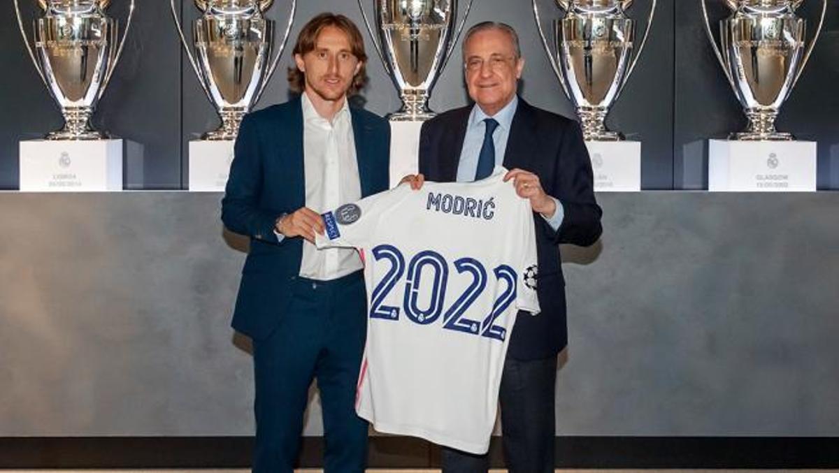 Luka Modric y Florentino, en el acto de renovación del croata.