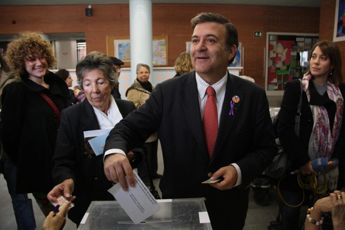 Alfons López Tena vota en el barrio de Gràcia