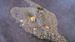 La foto en la que aparece la casa de los Cocq rodeada por las coladas de lava del volcán de Cabeza de Vaca. ALFONSO ESCALERO (I LOVE THE WORLD)
