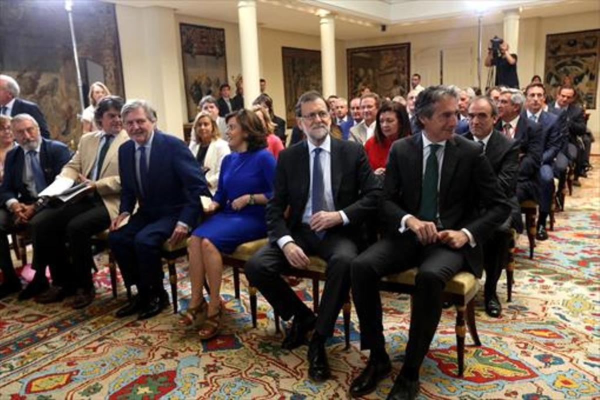 El presidente del Gobierno, Mariano Rajoy (segundo por la derecha), y varios miembros del Gobierno, ayer, durante la presentación del plan extraordinario de carreteras.
