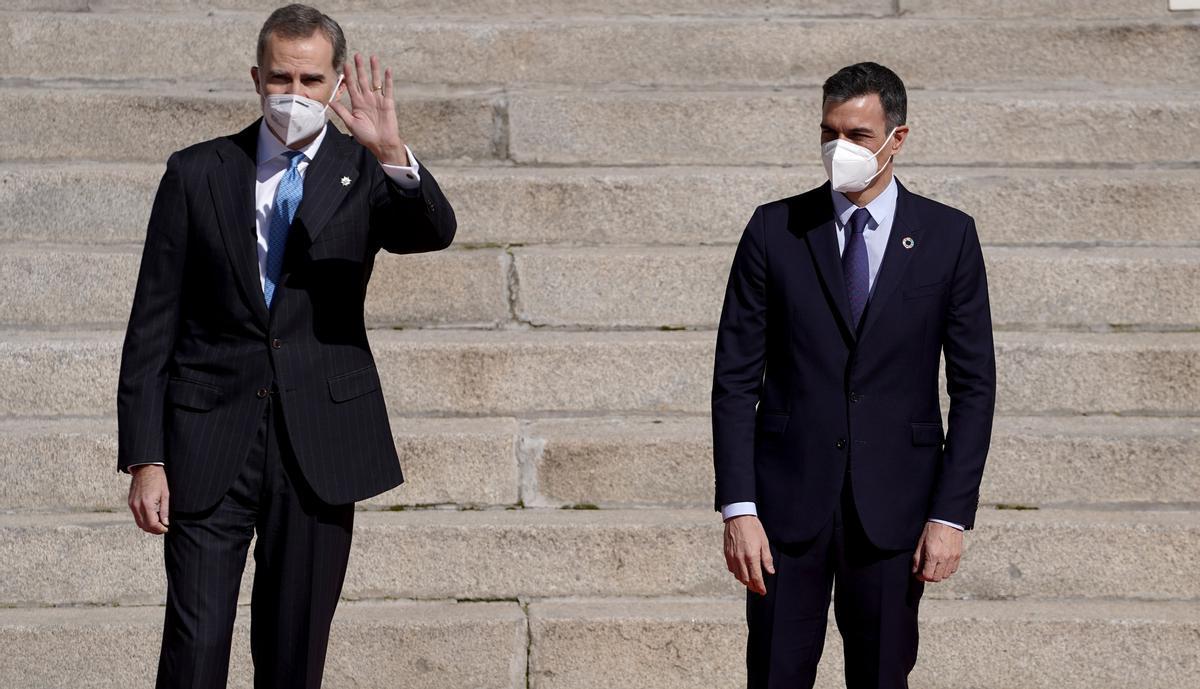 Felipe VI y Pedro Sánchez, el pasado 23 de febrero, en la verja del Congreso, donde se recordó la victoria de la democracia frente al golpe de Estado de 1981.