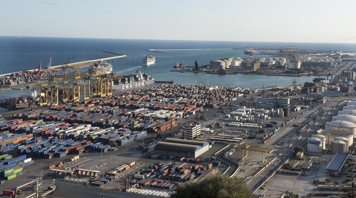Vista del puerto comercial de Barcelona.