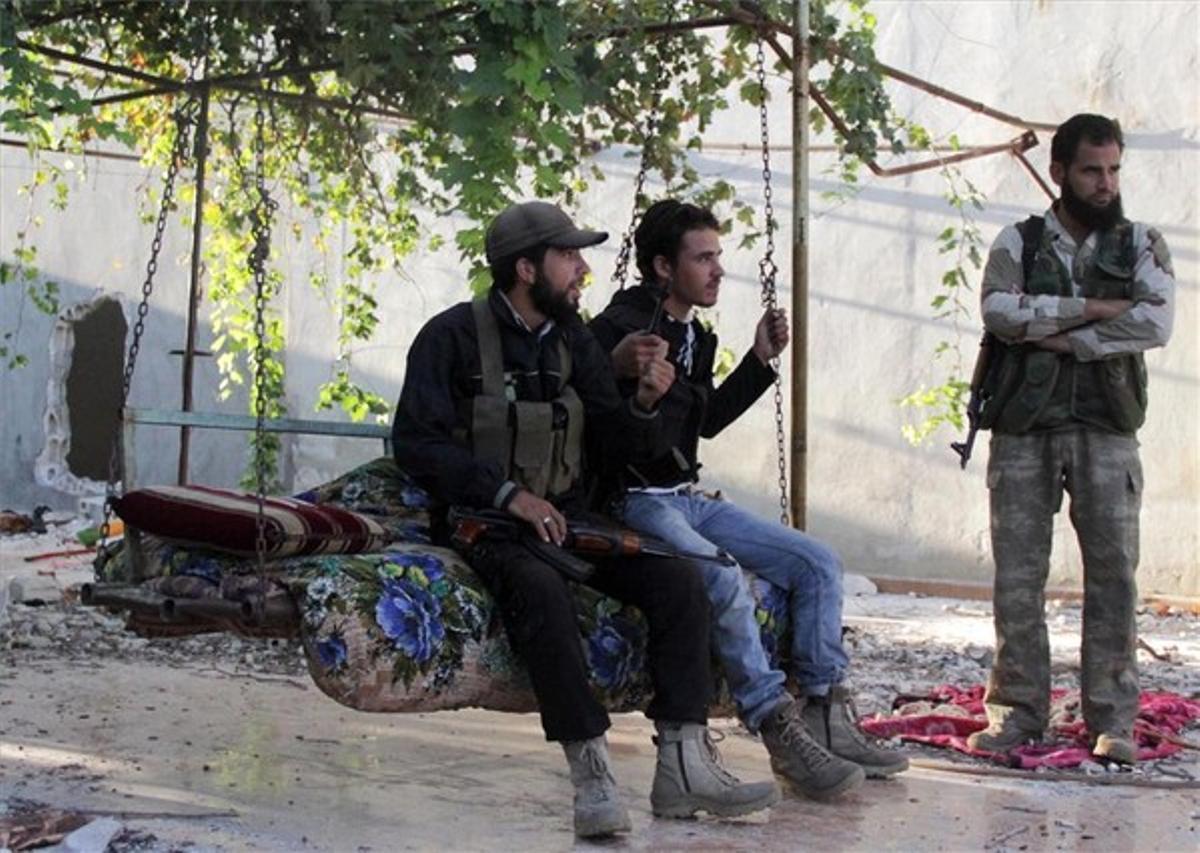 Combatientes del ESL se toman un respiro en Kafr Naboudeh, en la provincia siria de Hama, ayer.