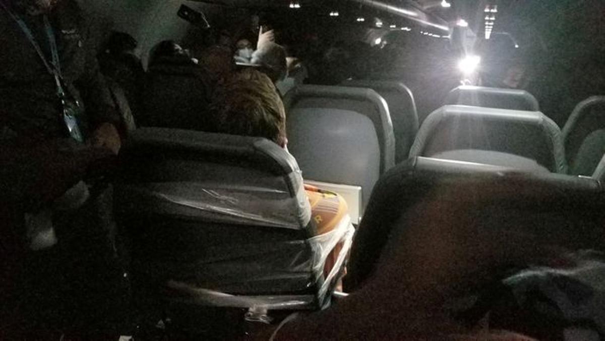 Maxwell Berry, atado en el vuelo de la aerolínea Frontier Airlines