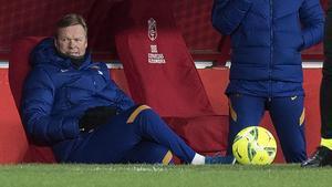 Ronald Koeman observa plácidamente el transcurso del Granada-Barça que se saldó con la goleada (0-4) azul grana.