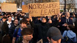 La Superliga anuncia su continuidad sin los clubs ingleses. En la foto, aficionados del Chelsea se manifiestan contra la Superliga.