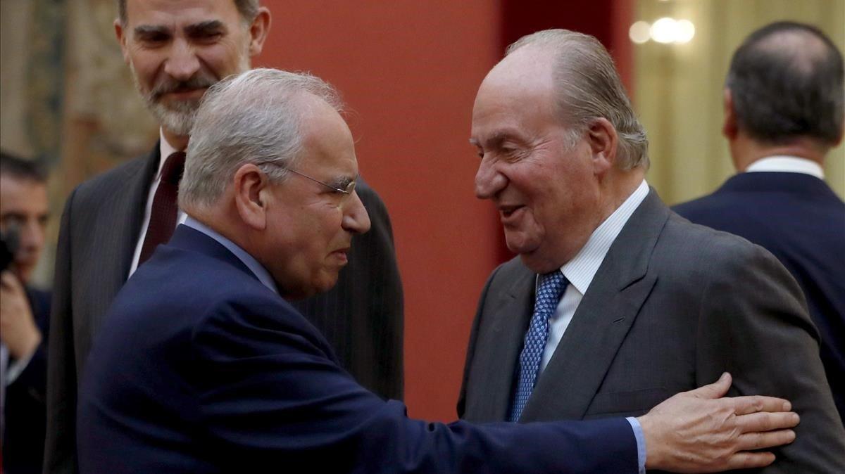 Guerra, Martín Villa y una treintena de ministros de PSOE, PP y UCD defienden a Juan Carlos I