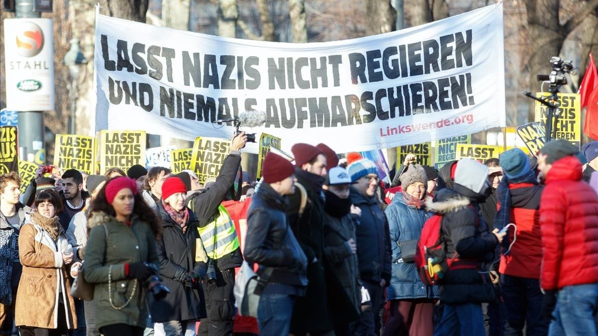 Manifestación en Viena contra la entrada de la ultraderecha en el Gobierno. En la pancarta se lee: no dejéis que los nazis gobiernen y nunca se marchen.