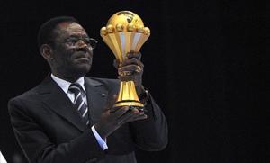El dictador ecuatoriano Teodoro Obiang sostiene el trofeo de la Copa de África en el 2011.