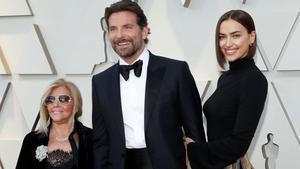Irina Shayk y Bradley Cooper, ¿posible ruptura?. En la foto, el actor y la modelo y la madre de él,Gloria Campano, el pasado febrero en los Oscar.