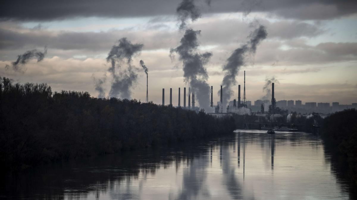 Columnas de humo se desprenden de una refinería francesa, situada a tan solo 10 kilómetros del sur de Lyon.