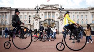 Dos ciclos pasan por delante del palacio de Buckingham, en Londres, el pasado 11 de abril