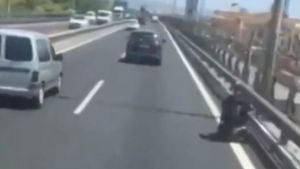Captura del vídeo en el que aparece la persona que circulaba en silla de ruedas por la Ronda Litoral.