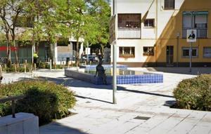 Escultura de la lectora en la plaza Montserrat Roig de Santa Coloma de Gramenet.
