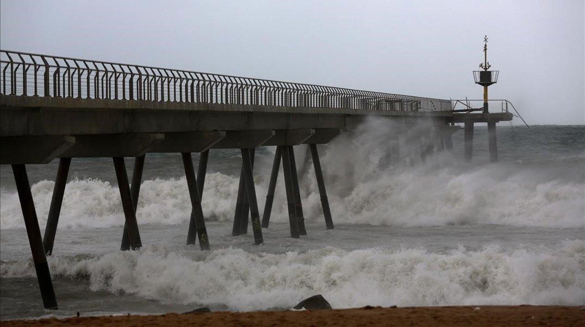 El Pont del Petroli de Badalona, en un día de temporal.