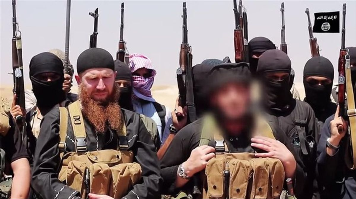 Batirashvili, con barba, y Adnani (derecha), en una imagen difundida por una revista de propaganda yihadista, el 29 de junio.