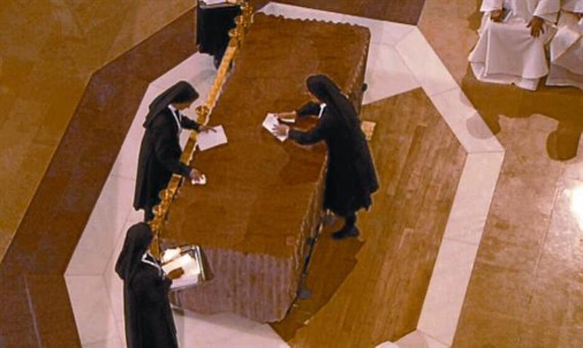 Unas hermanas limpian con paños el altar de la Sagrada Família.