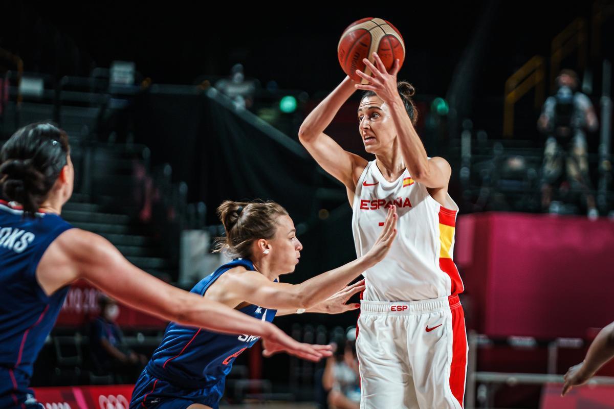 Alba Torrens controla el balón en una acción del partido ante Serbia