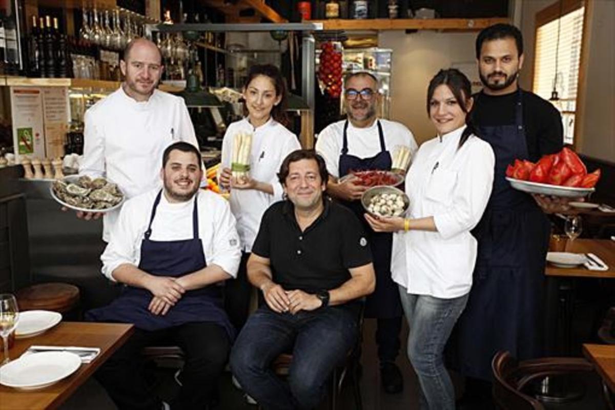 José Varela, propietario del restaurante La Xarxa, en el centro, rodeado de su equipo.