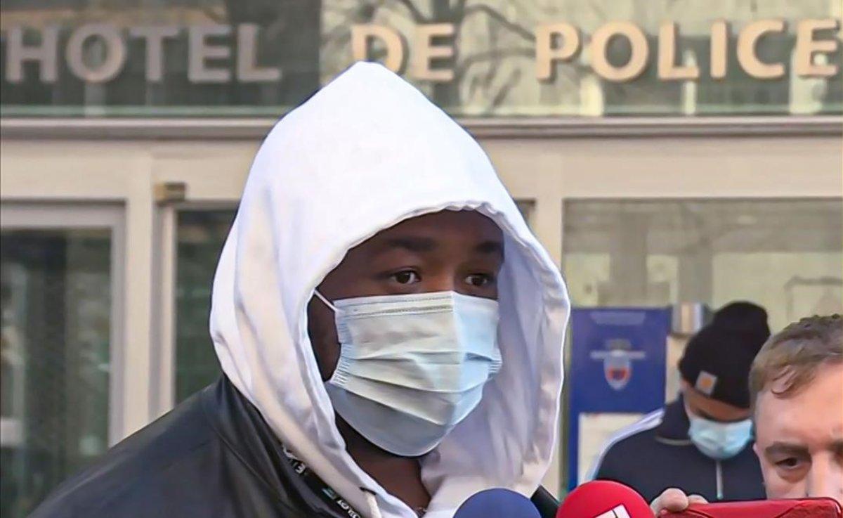 Michel, productor musical agredido por la policía, comparece ante la prensa en París.