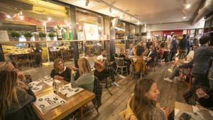 Concierto en directo en un restaurante de Barcelona la noche antes del toque de queda, el pasado octubre.