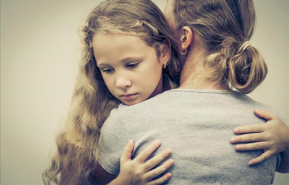 Una madre consuela a su hija.