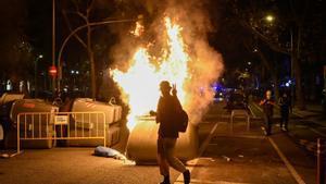 Contenedores ardiendo en la manifestación de los CDR.