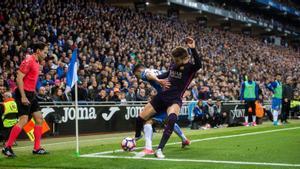 Piqué presiona en un córner durante un partido contra el Espanyol en 2017.