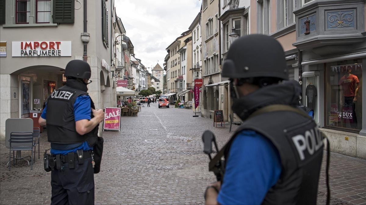 La policía cierra el casco antiguo de Schaffhausen, Suiza, a la espera de encontrar a un hombre no identificado que ha herido a varias personas.