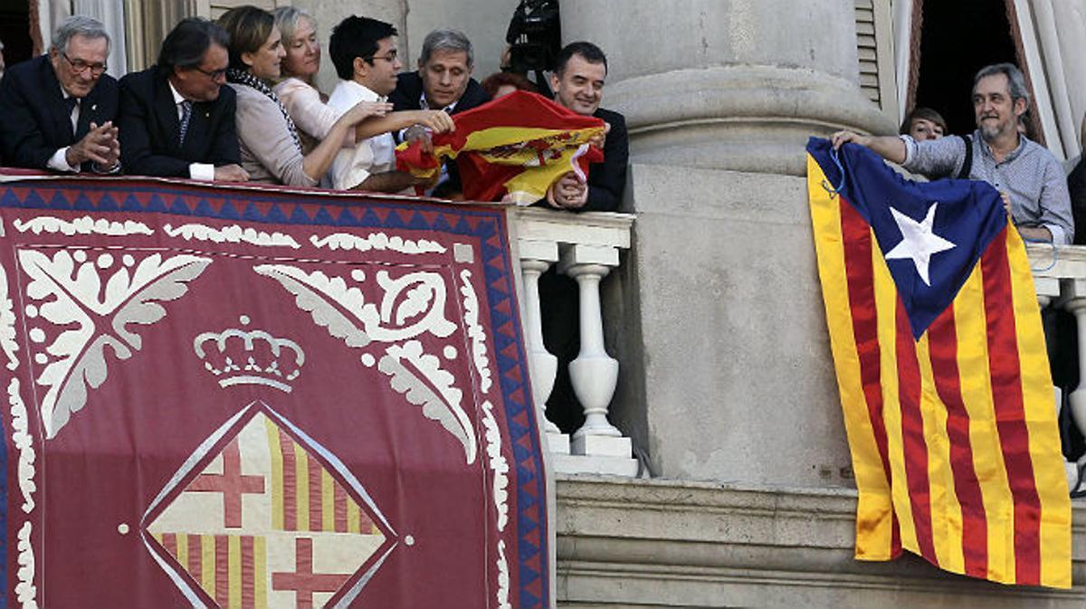 Alfred Bosch (ERC)cuelga una 'estelada' en el balcón del Ayuntamiento de Barcelona el día de la Mercè y Alberto Fernández Díaz (PPC) contrataca intentando colgar una bandera de España