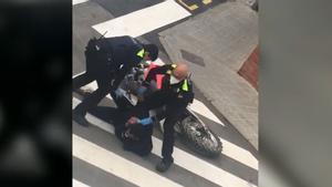 Un joven amenaza a un policía antes de ser detenido en Castellar del Vallès: Mira que mi padre te pega dos hostias que flipas.