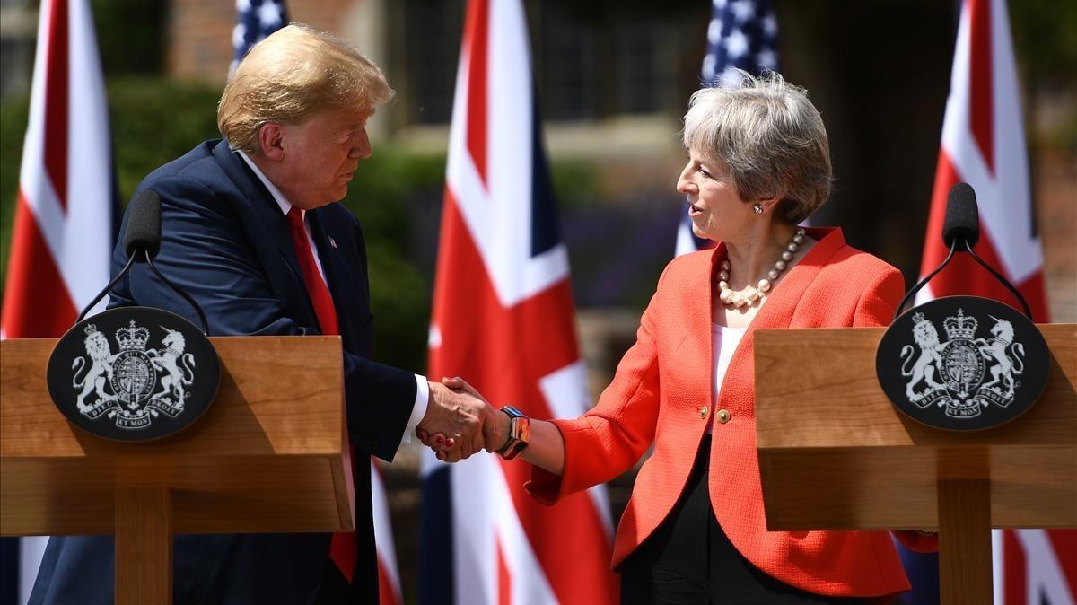 El presidente estadounidense, Donald Trump y la primera ministra británica, Theresa May, estrechan la mano.