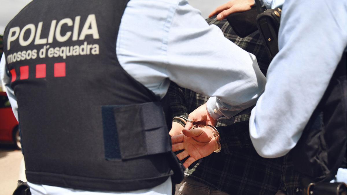 Los Mossos trasladan a un detenido.