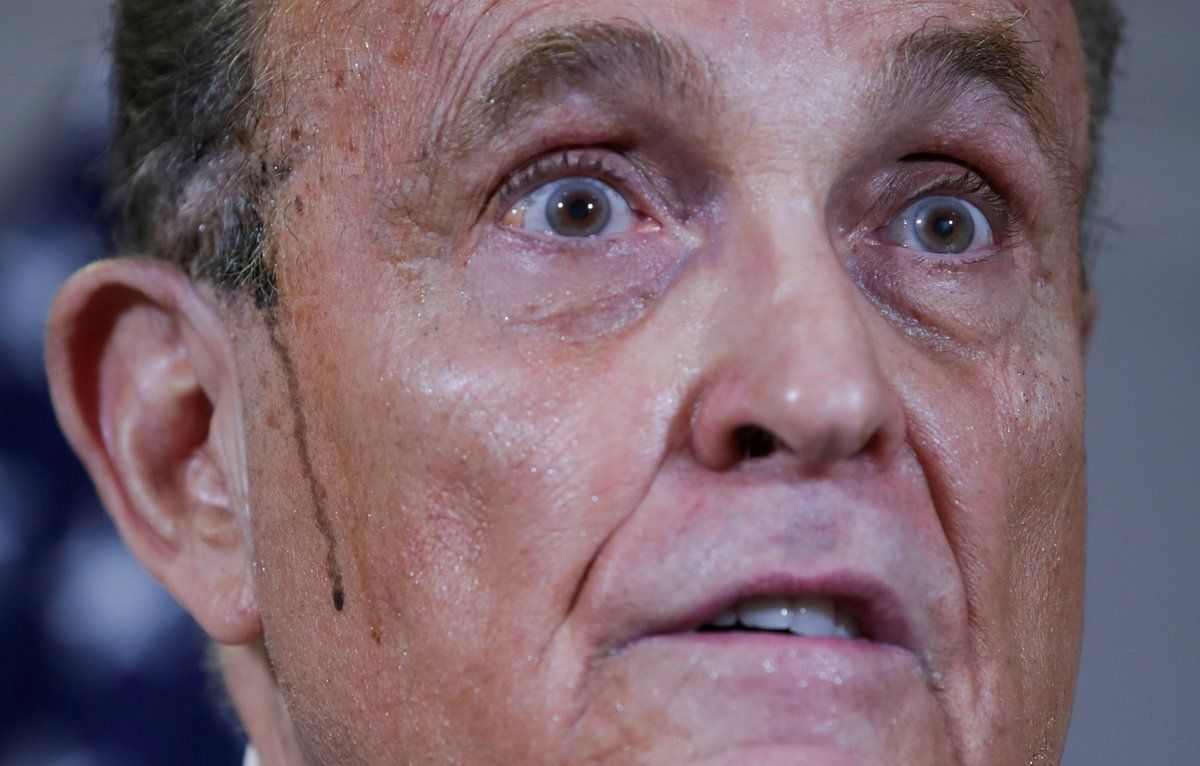 Rudy Giuliani, sudoroso y con la línea del tinte capilar corriendo por su cara, durante la rueda de prensa.