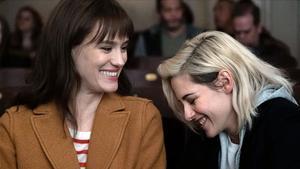 Mackenzie Davis y Kristen Stewart, en la película 'Happiest Season'.
