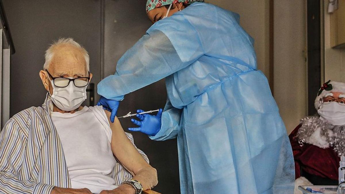 Un hombre mayor recibe la vacuna contra el coronavirus.